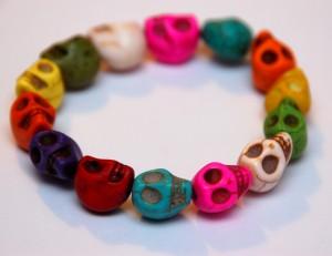 gekleurde doodskoppies armband