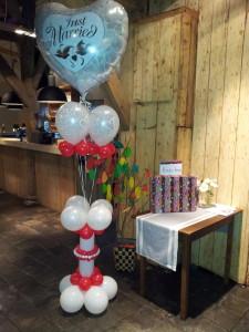 Sokkel met prachtige heliumgevulde ballonnen